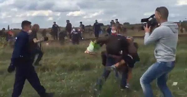 Giornalista ungherese licenziata dopo aver preso a calci donne e bambini